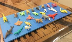 会場で、ひとつのミニチュア動物を、紙粘土でわずか10分くらいでつくってしまう。林航平さんの作品。